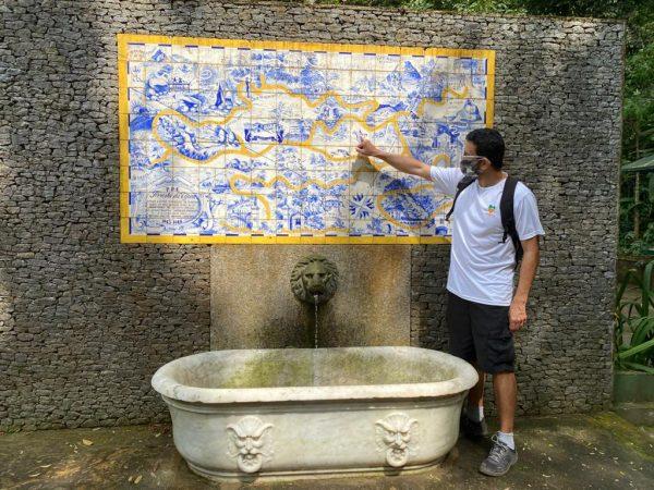 Guia da Jungle Me explicando a trilha na Floresta da Tijuca