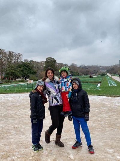 Nathalia Gomes com os filhos em Paris
