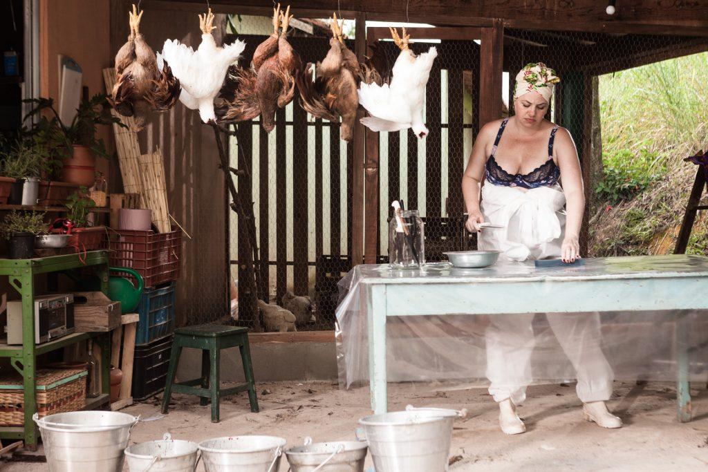 Karine cortando galinhas