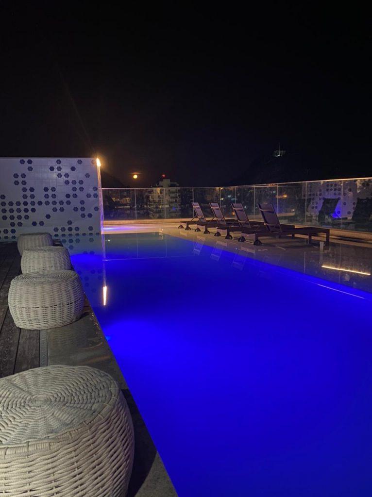 A piscina é bonita de dia e a noite